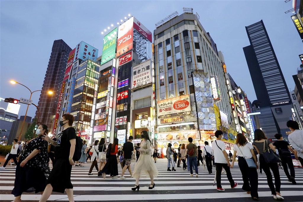 東京都6日宣布,都內當天新增26人感染武漢肺炎,連續3天單日確診感染超過20人以上,累計確診5369人。圖為6日東京新宿街頭的人潮。(共同社提供)