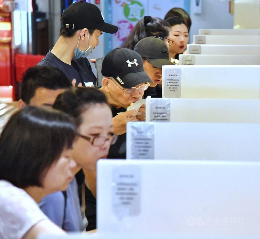 國內疫情趨緩,台灣7日正式迎來解封日,餐廳仍需要加設隔板,桌椅區也要維持距離,但不再限制顧客人數。中央社記者王飛華攝 109年6月7日
