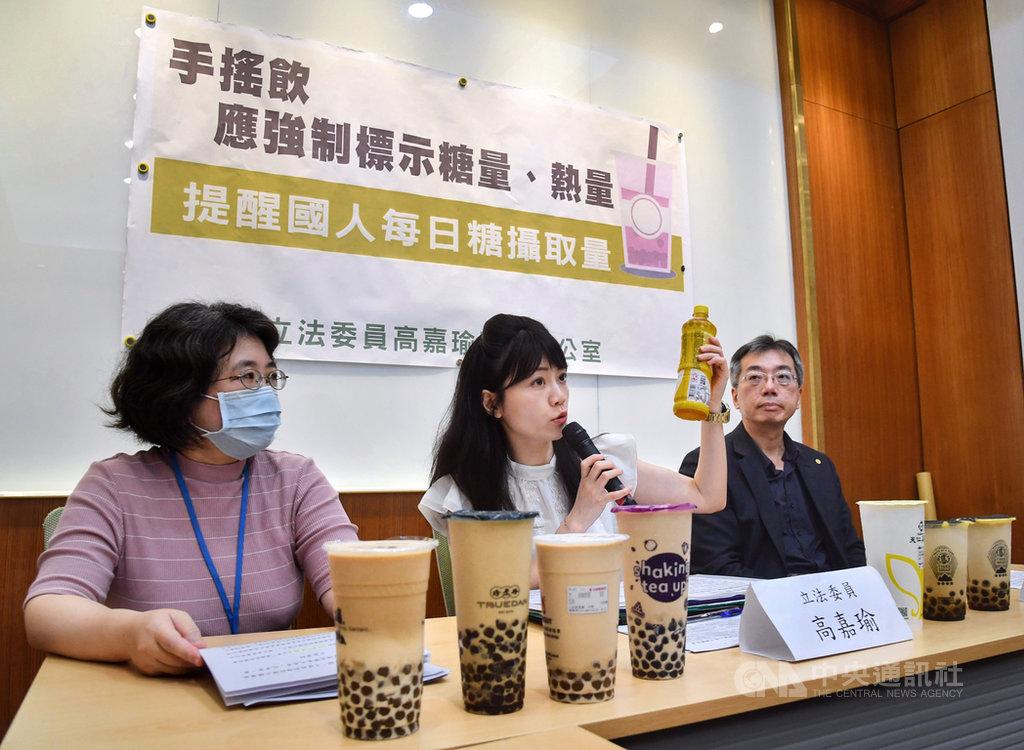 民進黨立委高嘉瑜(中)8日在立法院舉行記者會指出,民眾時常人手一杯手搖飲,但過多的糖分已成為國人健康的隱形殺手,希望政府要求手搖飲料業者要在每杯飲料上標示出含糖量及熱量。中央社記者王飛華攝  109年6月8日