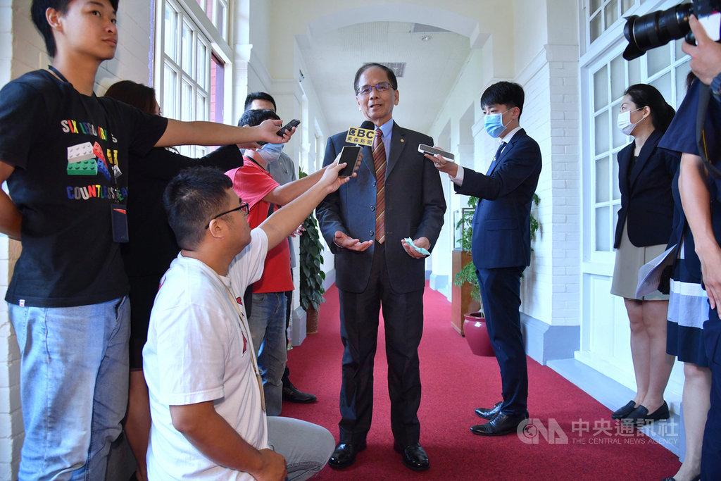 對於高雄市長韓國瑜遭罷免,須由行政院指派代理市長等問題,立法院長游錫堃(中)8日接受媒體聯訪表示,高雄市民所做的選擇都應該尊重,至於誰要去代理市長,他沒有特別意見,尊重行政院的決定。中央社記者王飛華攝  109年6月8日