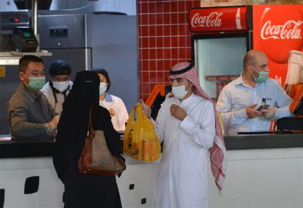 沙烏地阿拉伯武漢肺炎染疫人數突破10萬,這讓原訂7月底舉行的朝覲儀式增添變數。圖為民眾在首都利雅德戴口罩購物。(法新社提供)