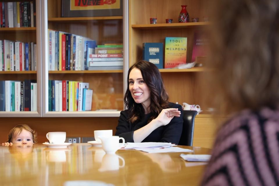 紐西蘭境內武漢肺炎病例歸零,政府宣布解除國內所有限制令;總理阿爾登表示,她獲知消息後高興地在客廳跳起舞來。(圖取自facebook.com/jacindaardern)
