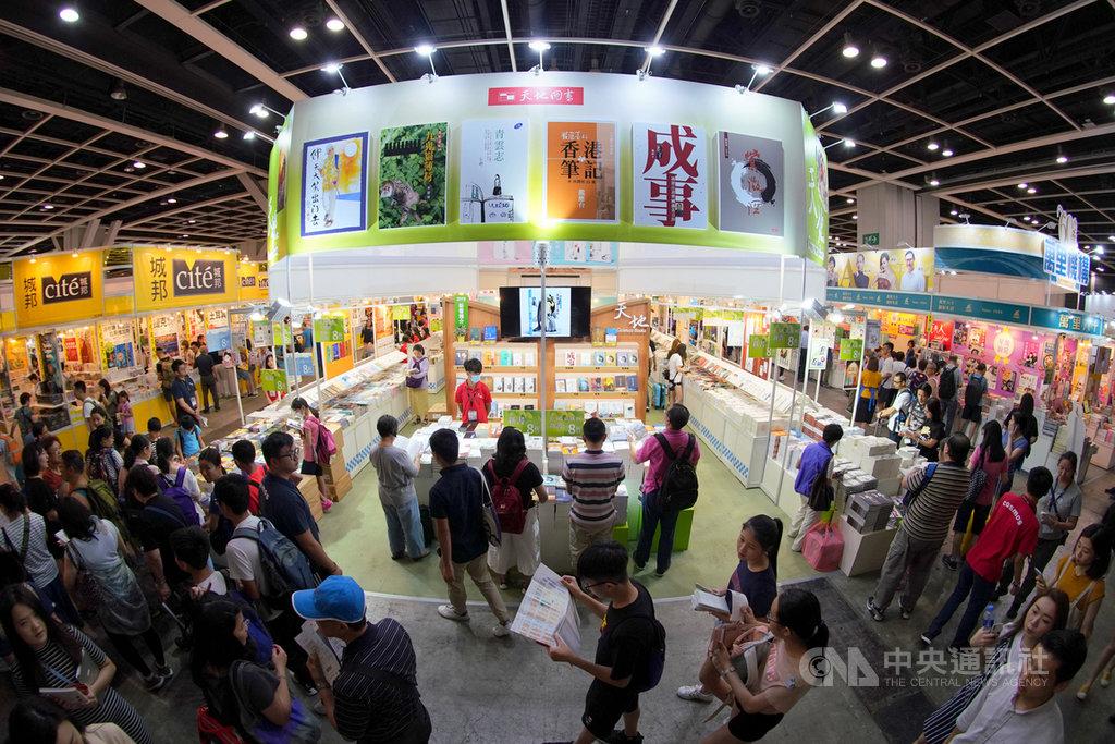 香港有關官員8日宣布,由於疫情稍微緩和,2020年香港書展將於7月15至21日如期舉行,但會增加測量體溫、限制入場人數等防疫措施。圖為2019年香港書展。(中通社提供)中央社  109年6月9日