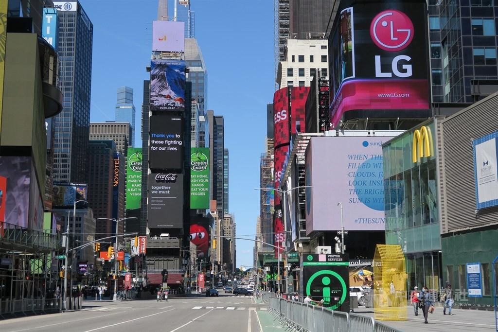紐約市美東時間8日邁入經濟重啟第一階段,營建、製造與部分零售業重上軌道,昔日熱鬧的時報廣場人氣未回籠。中央社記者尹俊傑紐約攝 109年6月9日