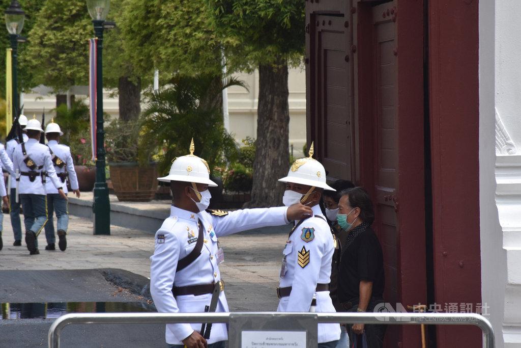 泰國重啟國際觀光,預計第三季或第四季開放疫情控制得當的國家民眾入境泰國。圖為觀光客熱門景點曼谷大皇宮守衛5月中旬進行交接的畫面。中央社記者呂欣憓曼谷攝 109年6月9日