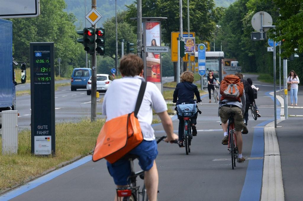 德國城市一般有完整的自行車道規劃,圖為哥廷根自行車快速道路,最早的一段於2013年完工。(德國自行車俱樂部ADFC提供)中央社記者林育立柏林傳真 109年6月9日