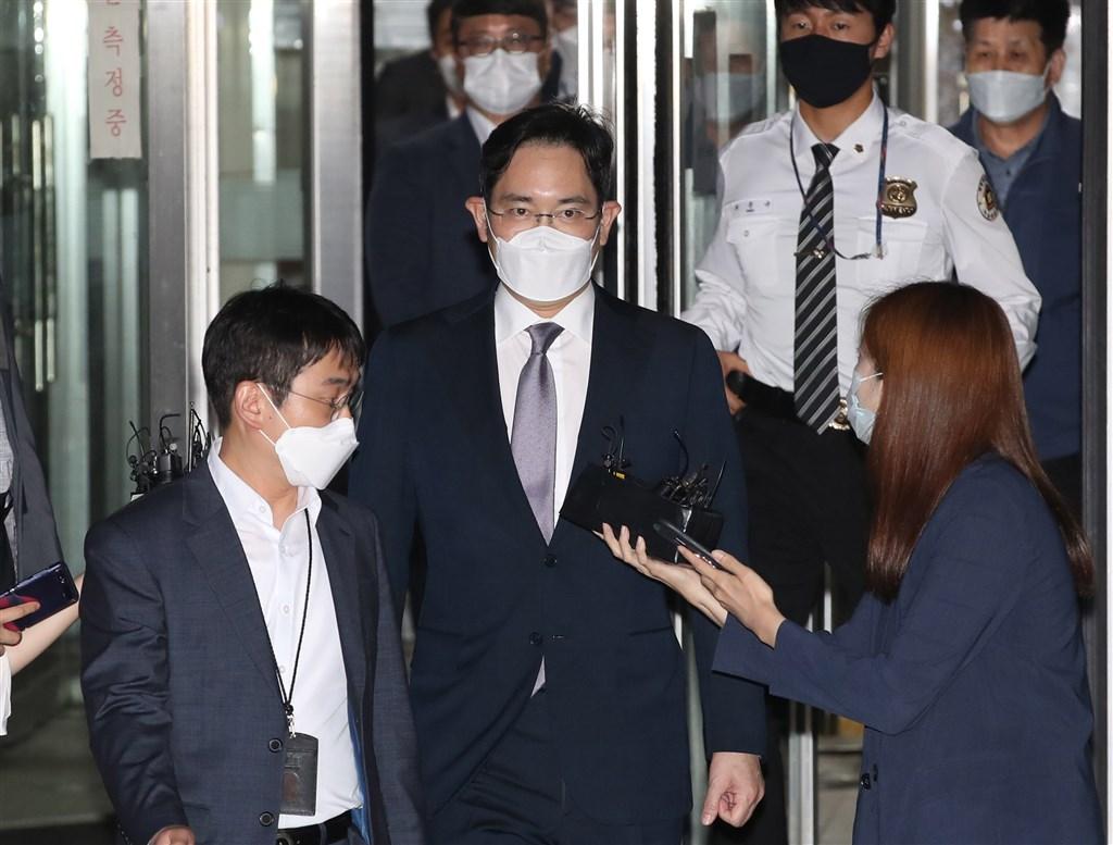 韓國三星電子副會長李在鎔(前中)因涉嫌行賄遭判2年6個月徒刑,李在鎔的辯護律師及檢方25日都決定不再上訴。(韓聯社提供)