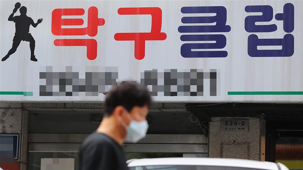 為防堵武漢肺炎群聚感染擴散,韓國政府擬向違反防疫規範的場所求償。圖為首爾受疫情影響關門的桌球場。(韓聯社提供)