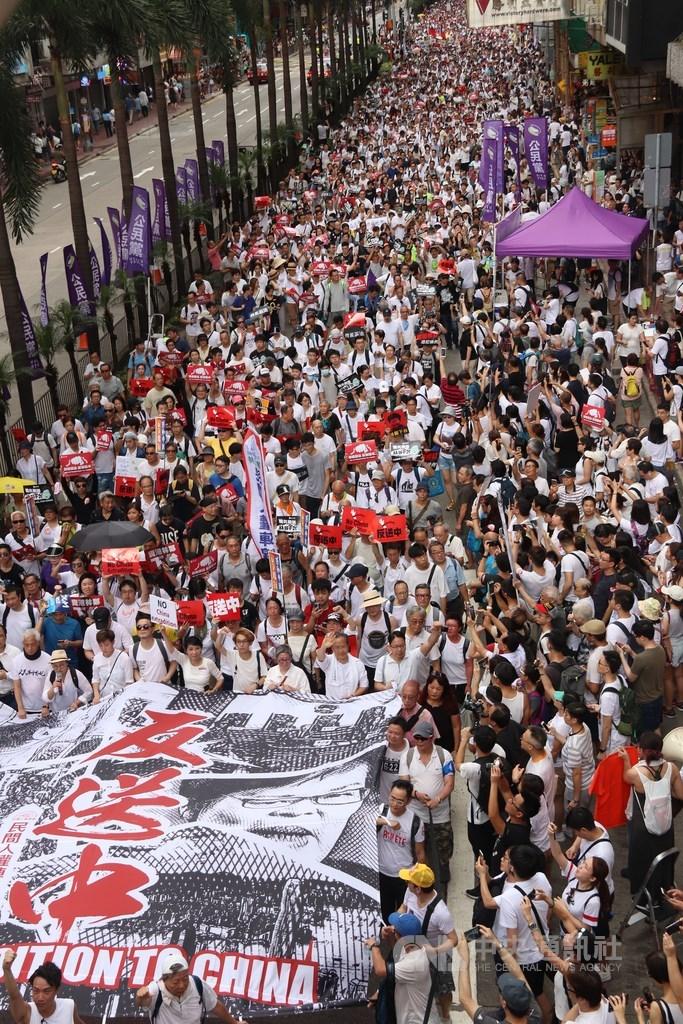 香港「反送中」運動9日屆滿一週年,民間人權陣線發表「反送中百萬人大遊行一週年聲明」,重申「5大訴求,缺一不可」。圖為2019年6月9日民陣發起「反送中」遊行,反對修訂逃犯條例。(中央社檔案照片)