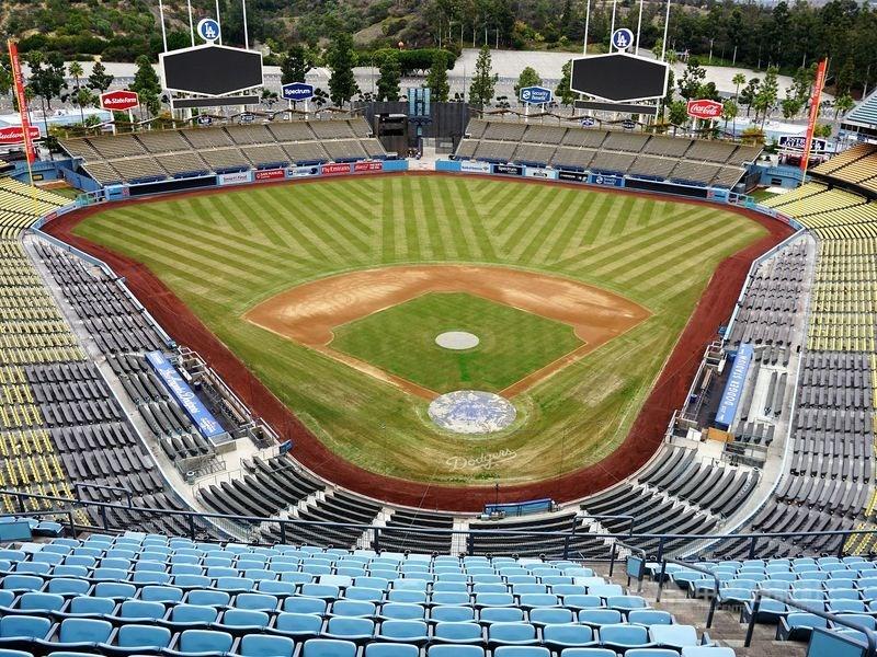 體育電視頻道ESPN引述消息來源報導,MLB資方8日向球員工會提出新的復賽方案,新球季預計打76場比賽,球員最多可領到75%的薪資。圖為空蕩蕩的洛杉磯道奇球場。(中央社檔案照片)