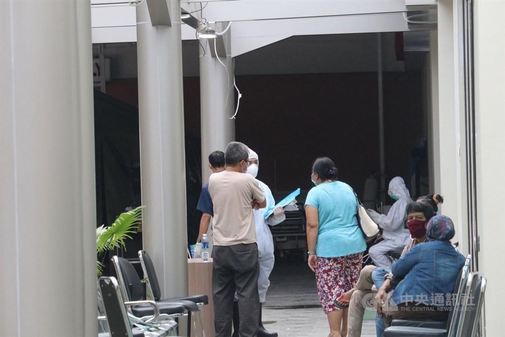 印尼武漢肺炎疫情升溫,許多地方的醫院紛紛傳出負荷超載。圖為民眾4月4日在雅加達近郊唐格朗市的一所醫院外等待就醫。中央社記者石秀娟雅加達攝 109年5月23日