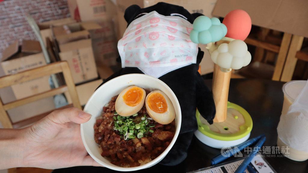 新加坡阻斷措施分階段放寬,觀光局吉祥物台灣喔熊再度跨海出任務,由駐星代表處扮神祕食客,為新加坡的台灣滷肉飯業者加油打氣。中央社記者黃自強新加坡攝 109年6月10日