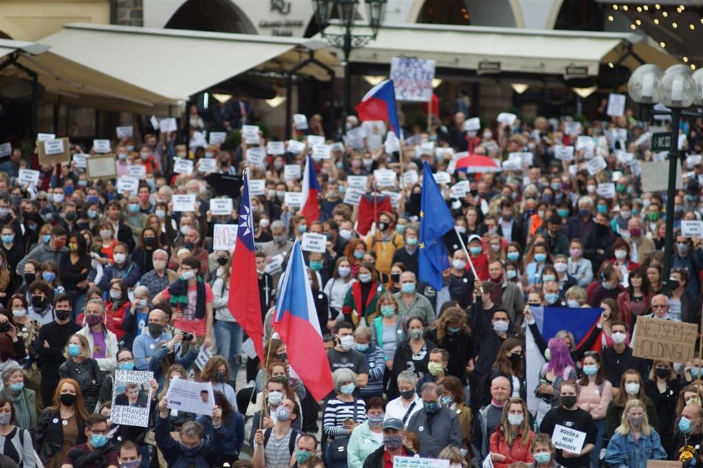 捷克首都布拉格9日有數千民眾上街,抗議政府過度向北京傾斜、侵害民主制度,並肯定參議院議長維特齊將訪台,也感謝台灣援贈防疫物資。現場可見中華民國國旗飄揚。(圖取自facebook.com/milionchvilek)
