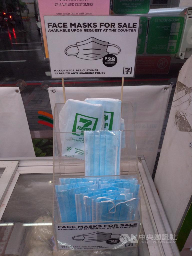 武漢肺炎疫情爆發後,菲律賓口罩價格水漲船高,便利商店一片口罩要價28披索(約新台幣17元)。照片攝於5月15日。中央社記者陳妍君馬尼拉攝 109年6月10日