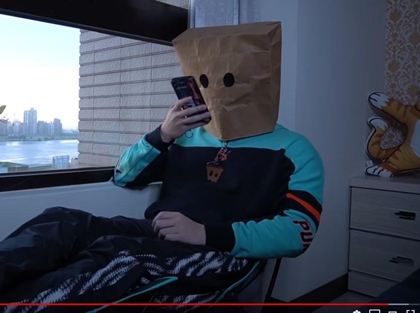 網紅Cat紙袋人(圖)日前拍攝影片教民眾如何搭台北捷運逃票,10日晚間已到案說明。(圖取自Cat紙袋人YouTube頻道www.youtube.com)