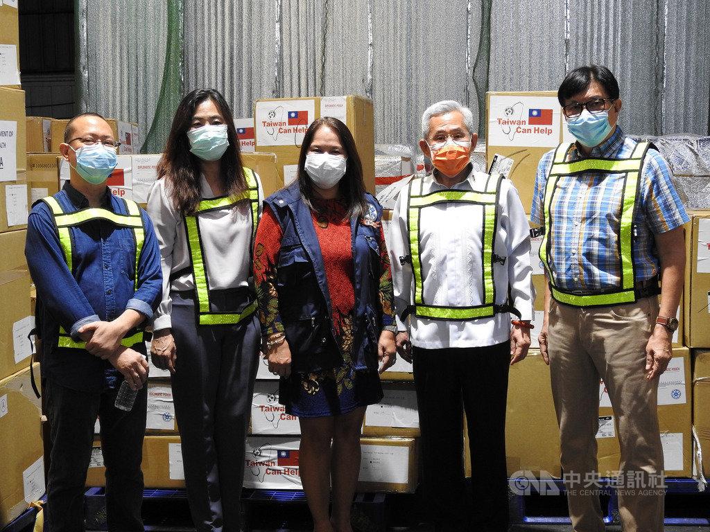 繼捐贈30萬片口罩後,台灣11日再捐出55萬片口罩、2萬件隔離衣等物資給菲律賓。圖為駐菲代表徐佩勇(右2)與菲國衛生部次長魏達爾-塔伊紐(Carolina Vidal-Taino,中)等人合影。中央社記者陳妍君馬尼拉攝 109年6月11日