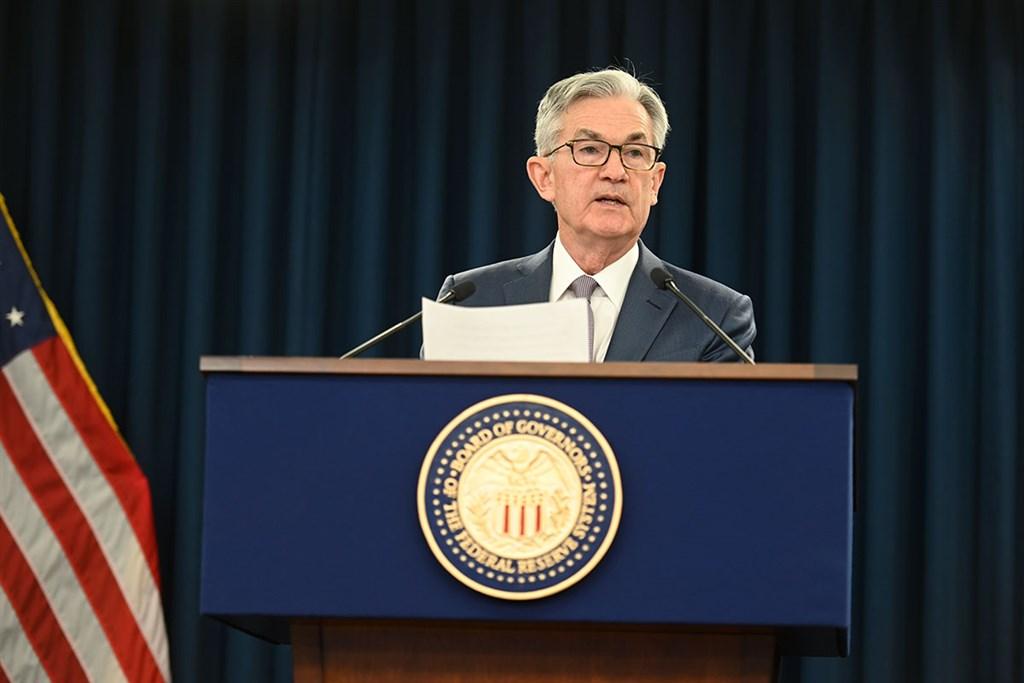 美國聯邦準備理事會10日決議利率保持在趨近於零,官員預期飽受疫情衝擊的經濟復甦緩慢,2022年底前都不會升息。圖為聯準會主席鮑爾。(圖取自facebook.com/federalreserve)