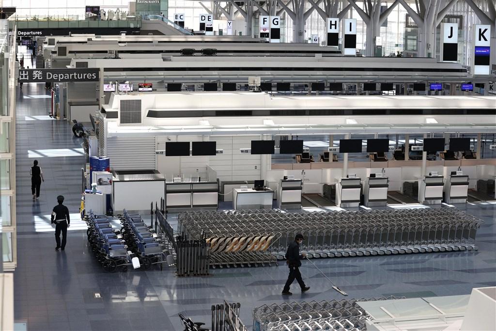 日本經濟新聞報導,日本政府為恢復與台灣和汶萊的商務目的往來,可能於7月展開協商。日本官員預期,今秋就可恢復與台灣和汶萊的往返航班。圖為日本羽田機場出境大廳空蕩蕩。(共同社提供)