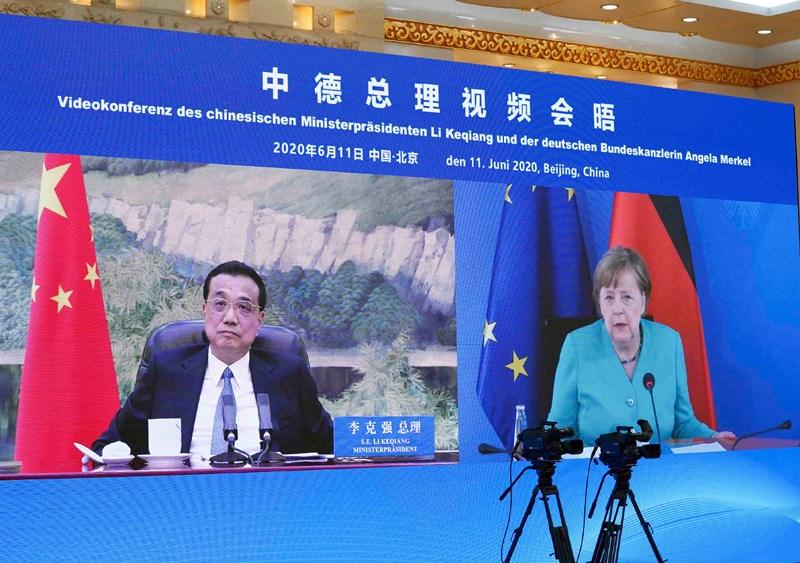 德國總理梅克爾11日與中國國務院總理李克強視訊會晤。梅克爾在會中督促中國平等對待外資企業,李克強則提到,中方願爭取早日完成中歐投資協定談判。(圖取自中國政府網網頁gov.cn)