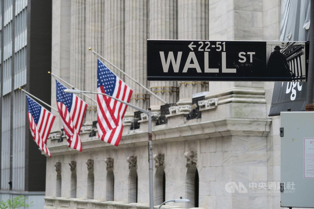 美股當地時間11日因投資人擔憂疫情捲土重來而重挫,道瓊工業指數暴跌1861點,創近3個月來最糟表現。圖為華爾街路標與紐約證券交易所。中央社記者尹俊傑紐約攝  109年6月12日