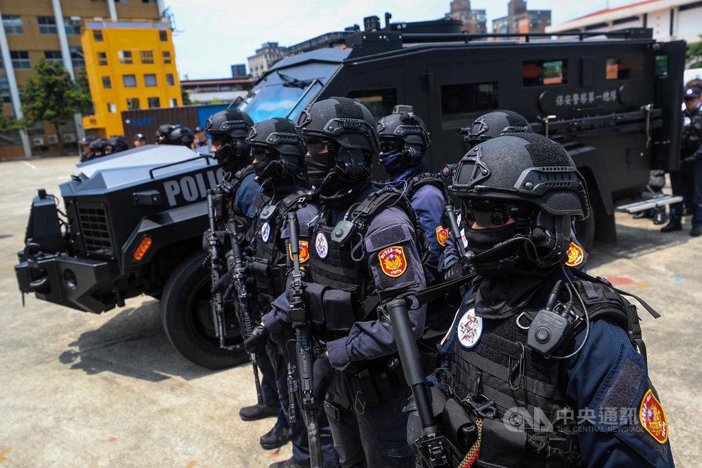 警政署12日上午在保安警察第一總隊舉辦「輪式裝甲車示範觀摩演練」,藉由維安特勤隊情境演練,展現車輛機動性、載運能力、防彈性能、破門突入等功能。中央社記者吳家昇攝 109年6月12日