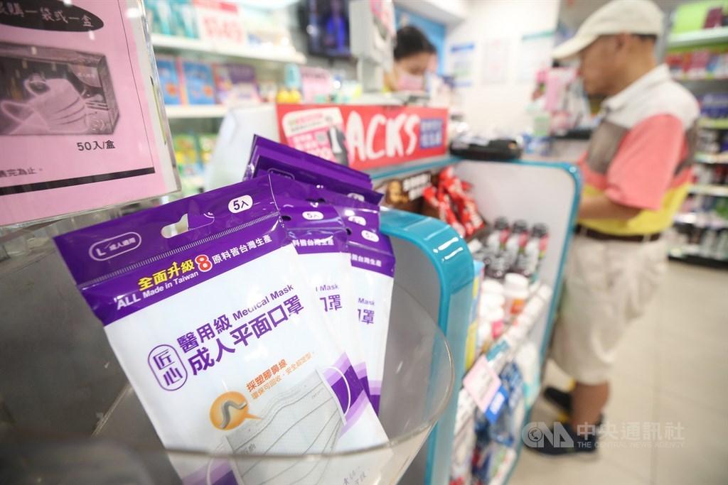 屈臣氏門市與網路商店13日共開賣7200盒口罩,一片最低5元。(中央社檔案照片)