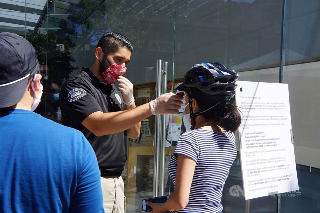 舊金山矽谷的蘋果門市於美西時間8日重新開啟,入店之前,服務人員對消費者量體溫是第一動作。中央社記者周世惠舊金山攝 109年6月9日