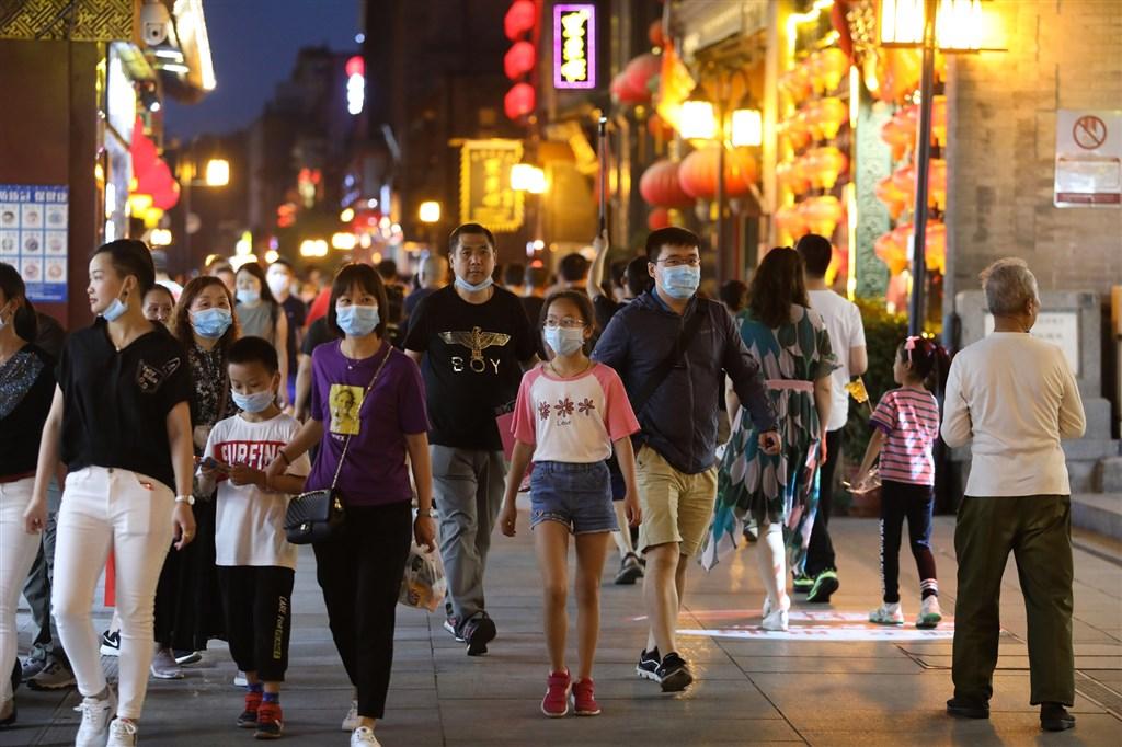 北京相隔56天後,11日新增一例武漢肺炎本土確診病例,引發關注。官方已啟動大規模溯源行動。圖為北京街上人潮。(中新社提供)