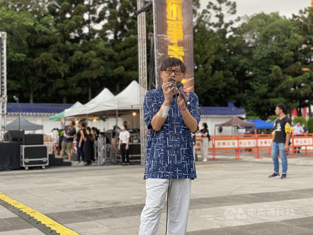 香港作詞人林夕13日在台北自由廣場「抗爭未完,台港同行」週年晚會上表示,台灣政府的援港方案不簡單,寧願用更多時間訂出更好方案,「不要讓台灣的朋友覺得不安心,覺得有反作用力」。中央社記者繆宗翰攝 109年6月13日