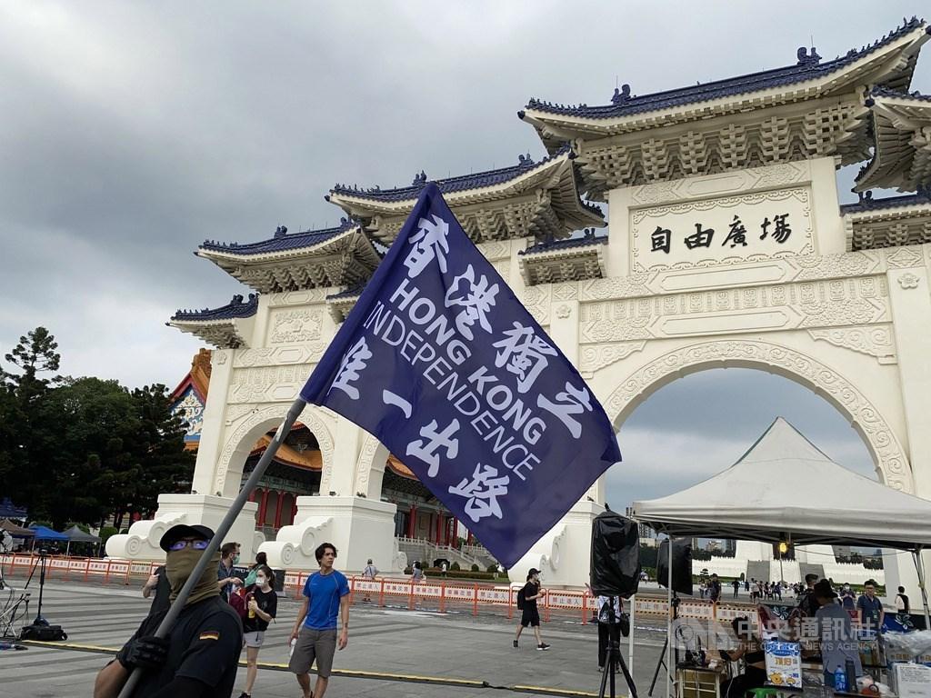 香港反送中運動屆滿一週年,民團13日晚間在台北自由廣場舉辦晚會。有香港民眾下午在場舉起支持香港獨立的旗幟。中央社記者繆宗翰攝 109年6月13日