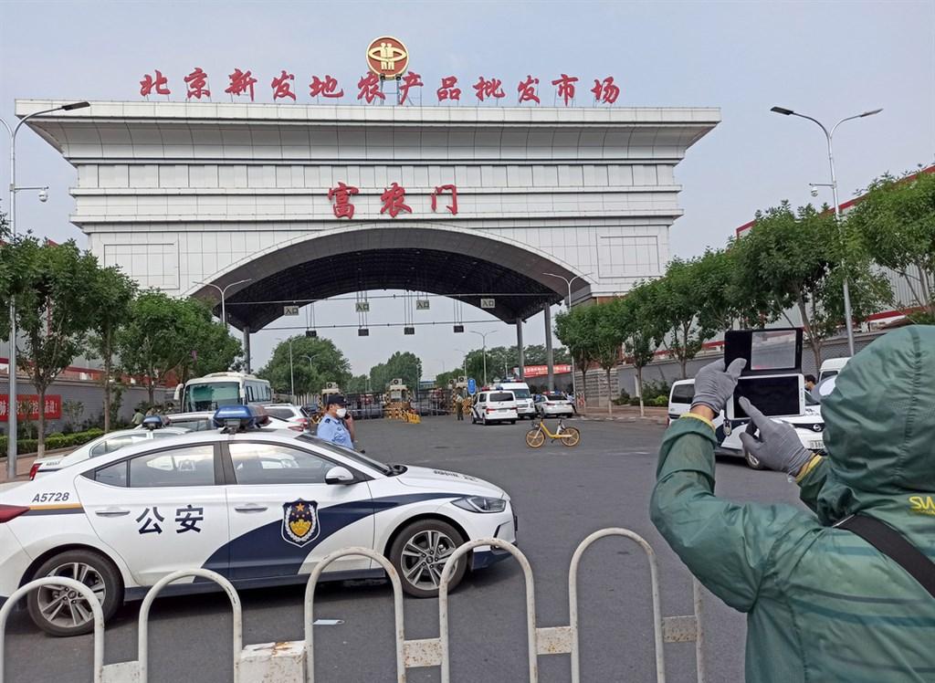 北京市11日起又出現7例武漢肺炎確診病例,都與豐台區的新發地市場有關。豐台區13日啟動戰時機制,11個小區全面封管,學校全部停課。圖為今晨封閉的新發地市場大門。(中新社提供)中央社 109年6月13日