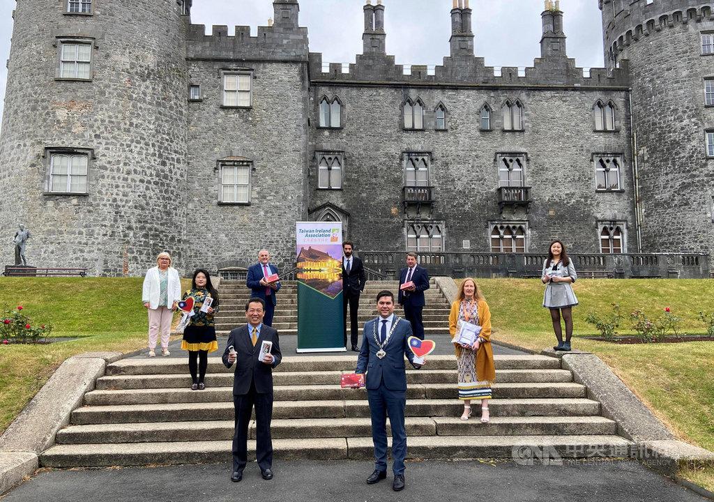 駐愛爾蘭代表楊子葆(前排左)與愛爾蘭台灣協會會長鄭惠文(後排左2)、基肯尼市議會議長麥金尼斯(前排右)等人12日在基肯尼城堡舉行捐贈儀式。(駐愛代表處提供)中央社記者戴雅真倫敦傳真 109年6月13日