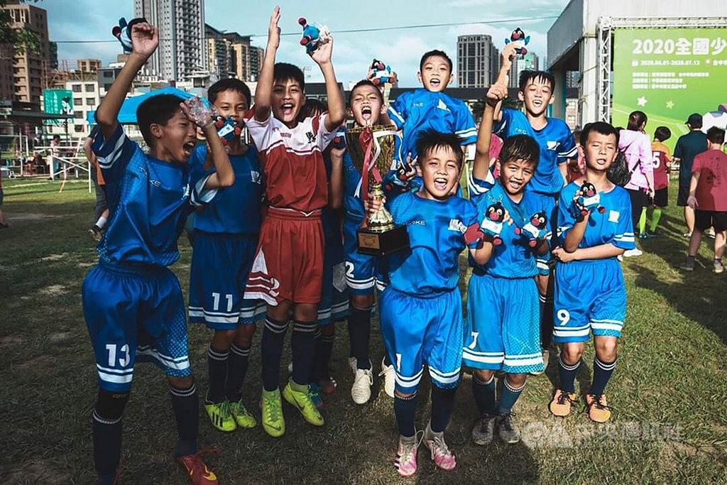 2020全國少年盃足球錦標賽在台中舉行,台東縣豐里國小足球隊勇奪學校組5年級冠軍,小球員們開心合影。(豐里國小提供)中央社記者盧太城台東傳真 109年6月13日