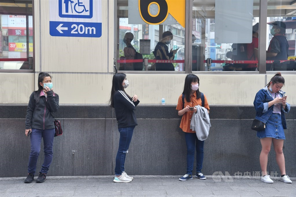 美國政治學家布瑞莫在時代雜誌撰文,稱讚台灣超前部署,並以手機定位落實居家隔離與檢疫,防疫作為令人欽佩,表現在全球排在前段班。圖為民眾防疫不鬆懈,在西門捷運站出口外保持社交距離。(中央社檔案照片)