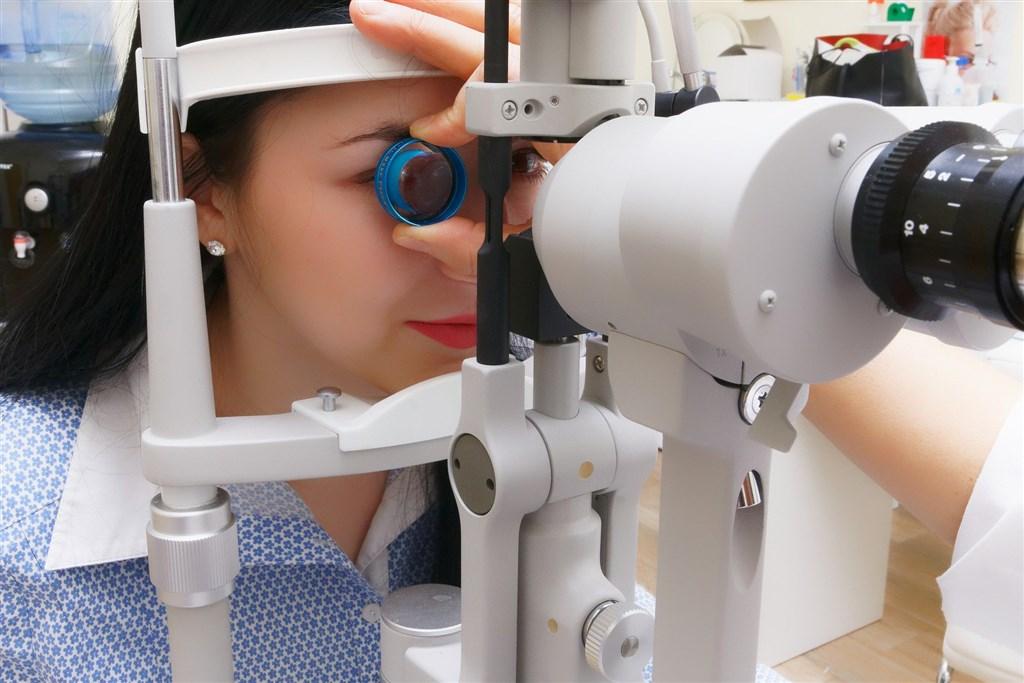 健保只給付「基本款」人工水晶體,如民眾希望選用「二焦點」人工水晶體,需要差額支付超過的金額,也就是差額給付。圖為眼科檢測。(圖取自Pixabay圖庫)