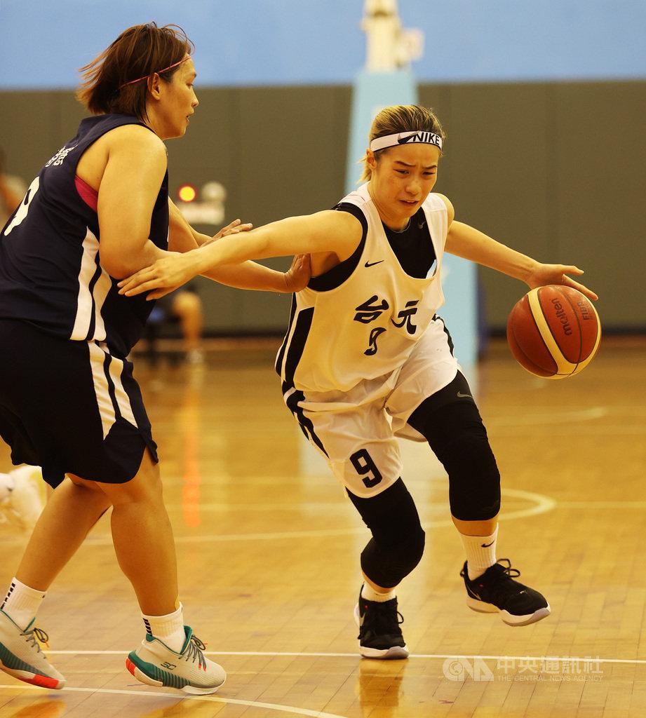 第15季女子超級籃球聯賽(WSBL)台元紡織前鋒林文佑(右),13日攻下生涯新高的23分,並在決勝第4節轟下13分,率隊擊敗中華電信、挺進冠軍賽。(中華籃協提供)中央社記者龍柏安傳真  109年6月13日