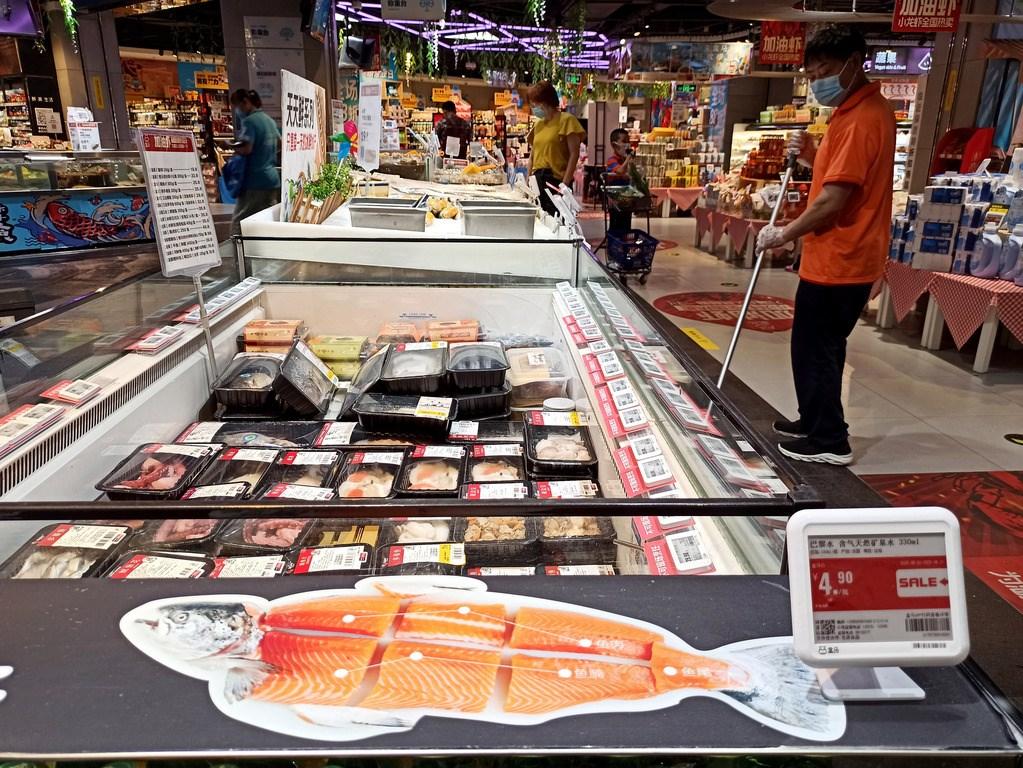 北京新發地批發市場傳出切割鮭魚的砧板驗出武漢肺炎病毒,一時各界聞鮭魚色變,北京主要賣場超市連夜下架鮭魚。圖為豐台區一間超市。(中新社提供)