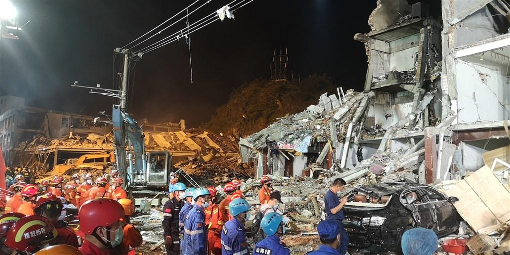 浙江溫嶺良山村高速路段槽罐車爆炸,造成重大傷亡,爆炸點附近一整排房屋嚴重受損。(中新社提供)
