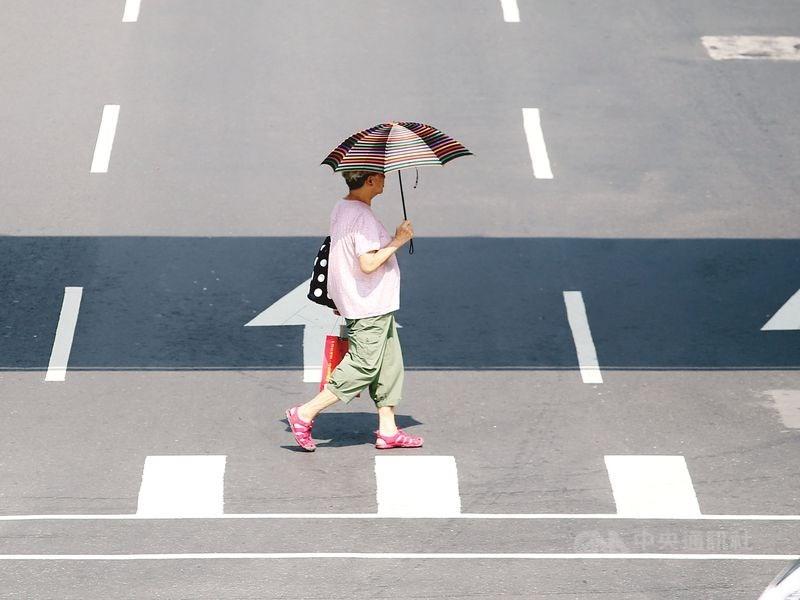 中央氣象局表示,14日受颱風外圍殘留雲系影響,午後各地對流發展旺盛,有機會出現午後雷陣雨。氣溫方面,各地高溫炎熱,普遍在攝氏32至36度。(中央社檔案照片)