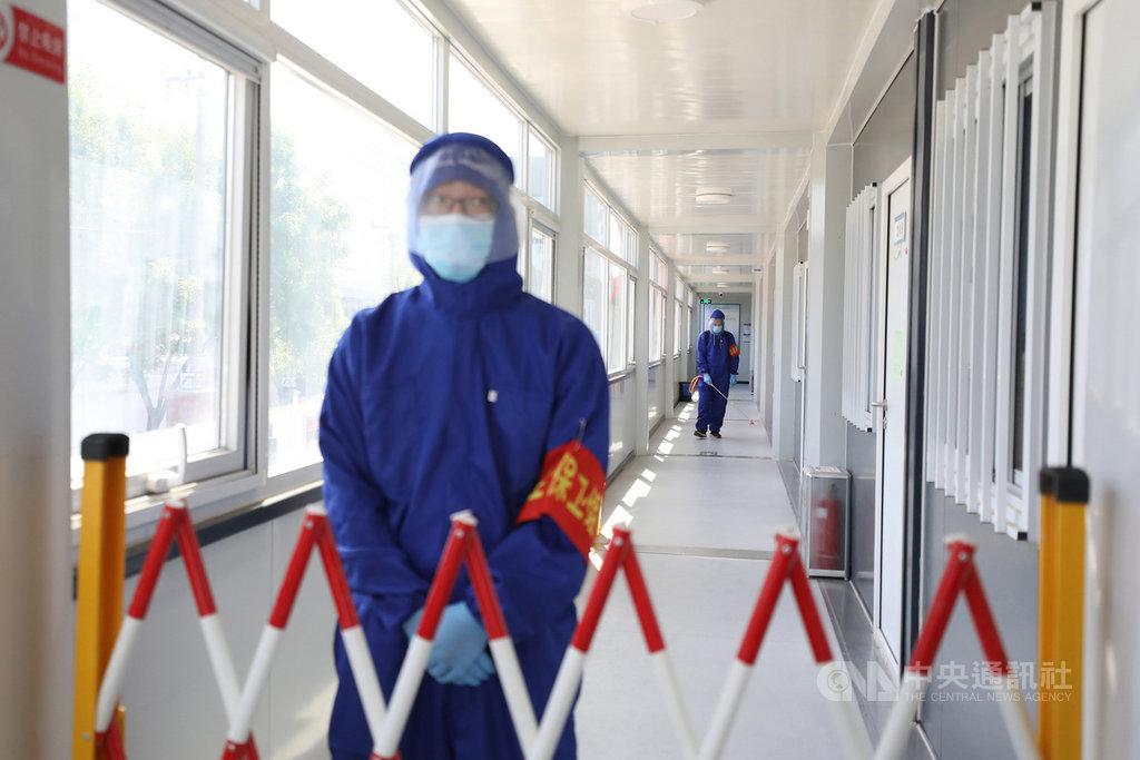 北京近日接連爆出2019冠狀病毒疾病(COVID-19,武漢肺炎)本土疫情,原本已逐步開啟正常生活的北京市民再度繃緊防疫的神經。圖為北京市的防疫人員對隔離區進行消毒作業。(中新社提供)中央社 109年6月15日