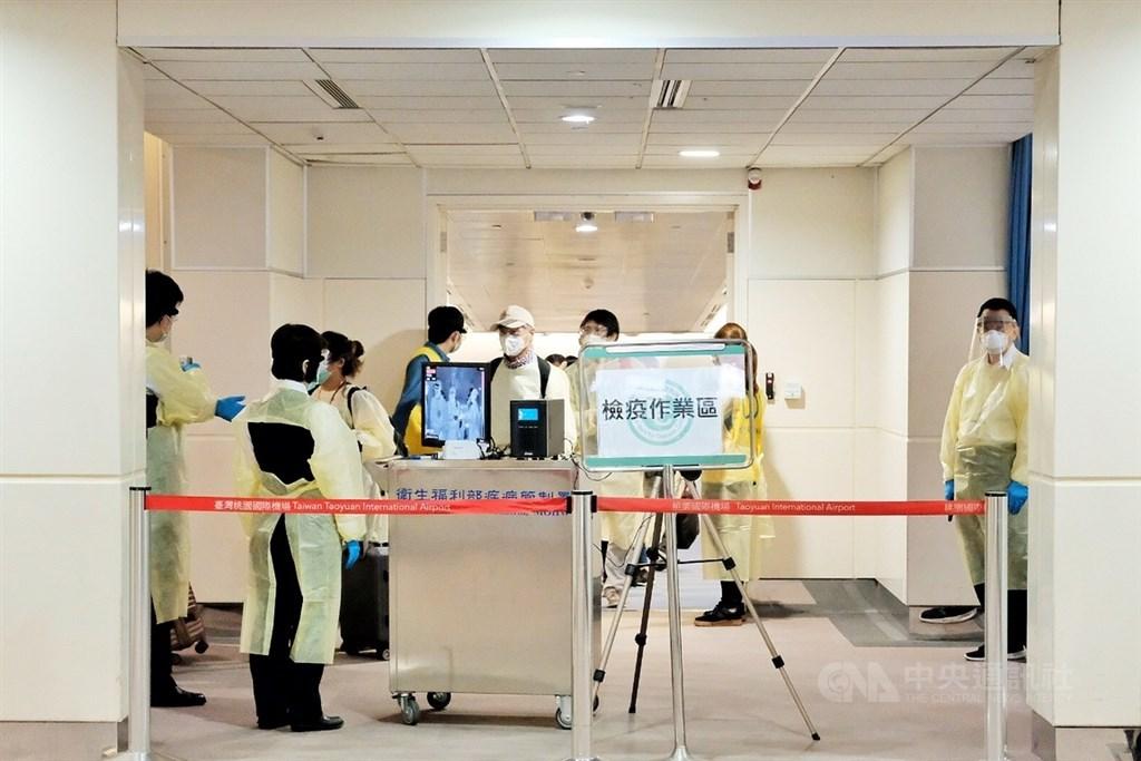 中央流行疫情指揮中心15日宣布,台灣新增2例武漢肺炎境外移入確診個案,連續無本土病例的天數增為64天。圖為返台國人與外籍人士在桃園機場接受初步檢測。(中央社檔案照片)