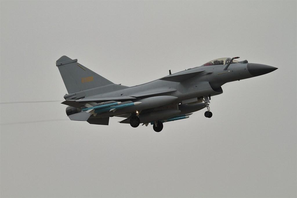 空軍司令部10日表示,中共空軍所屬殲11、殲10型機,上午9時許,陸續短暫踰越海峽中線。圖為殲10同型機。(圖取自維基共享資源網頁;作者Alert5,CC BY-SA 4.0)