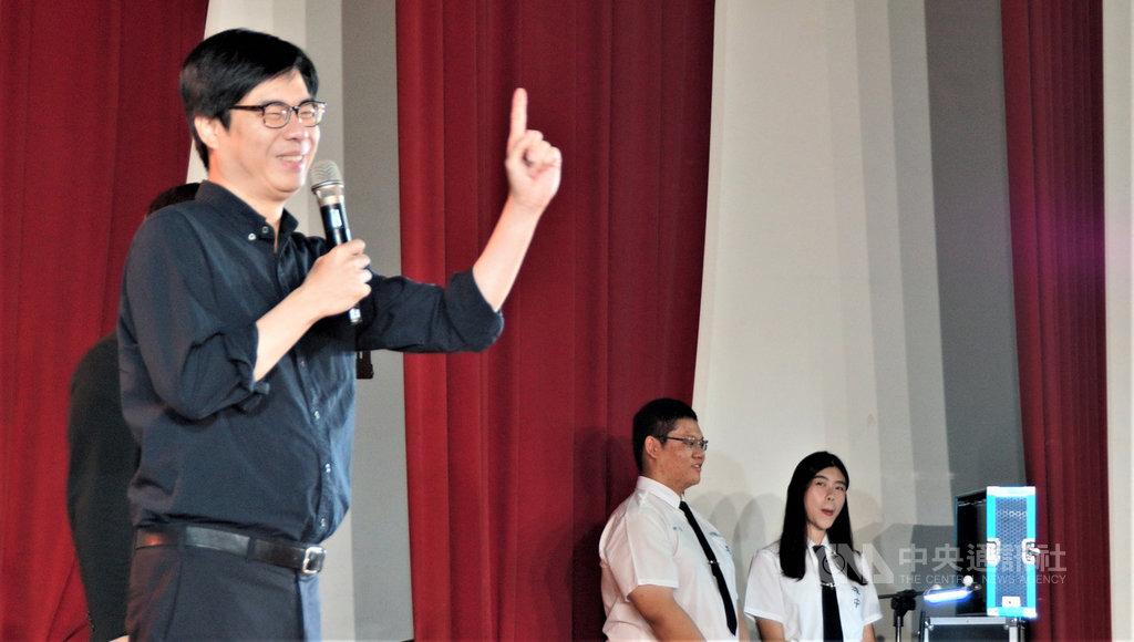 行政院副院長陳其邁(左)16日回母校高雄中學參加畢業典禮,受到師生熱烈歡迎,他致詞期勉學弟不要放棄,勇敢完成自己夢想。中央社記者程啟峰高雄攝 109年6月16日