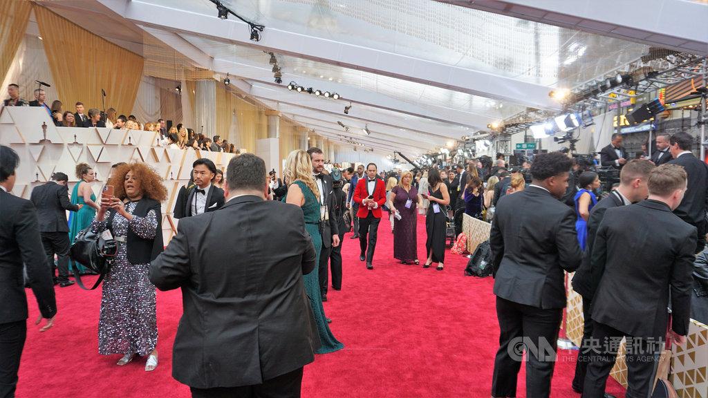 美國影藝學院15日宣布,2021年第93屆奧斯卡金像獎頒獎典禮從原訂2月28日改期為4月25日。圖為2020年2月奧斯卡現場紅毯。中央社記者林宏翰洛杉磯攝 109年6月16日