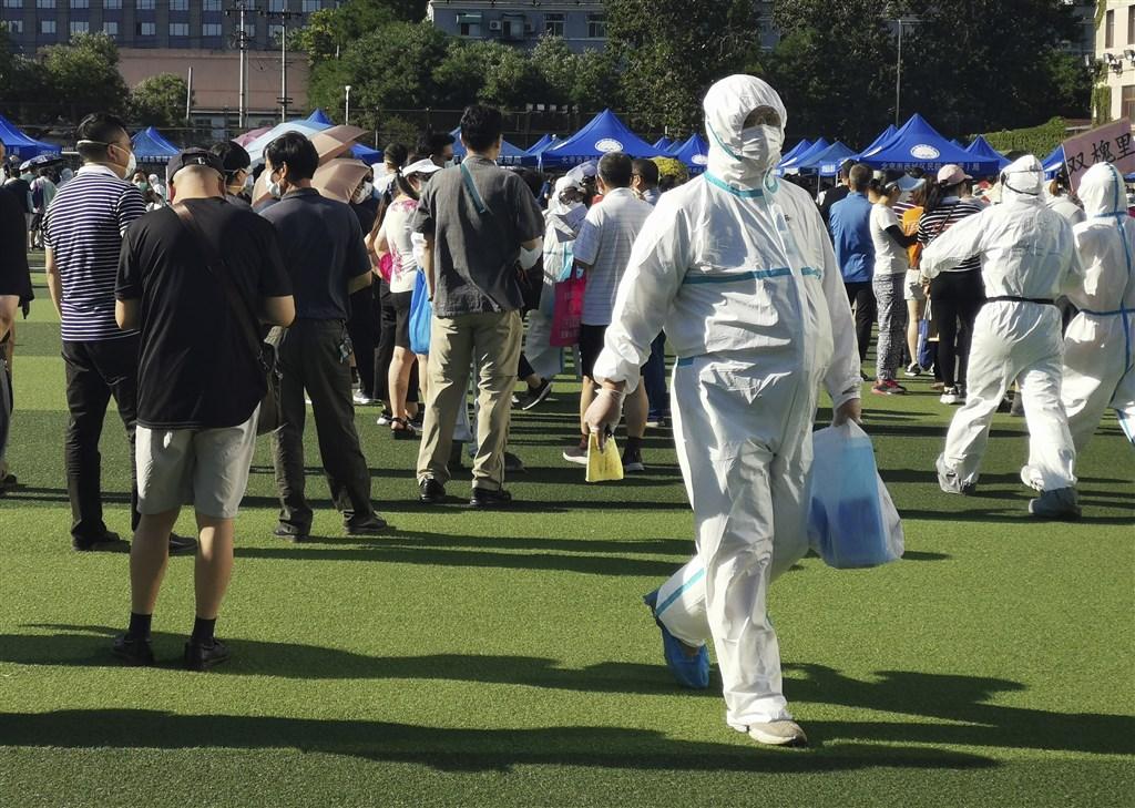 中國大陸15日新增武漢肺炎確診病例40例,其中本土占32例,境外移入8例。北京市自11日爆發本土疫情以來,累計確診已達106例。圖為北京市民14日在一處體育場進行採檢。(中新社提供)