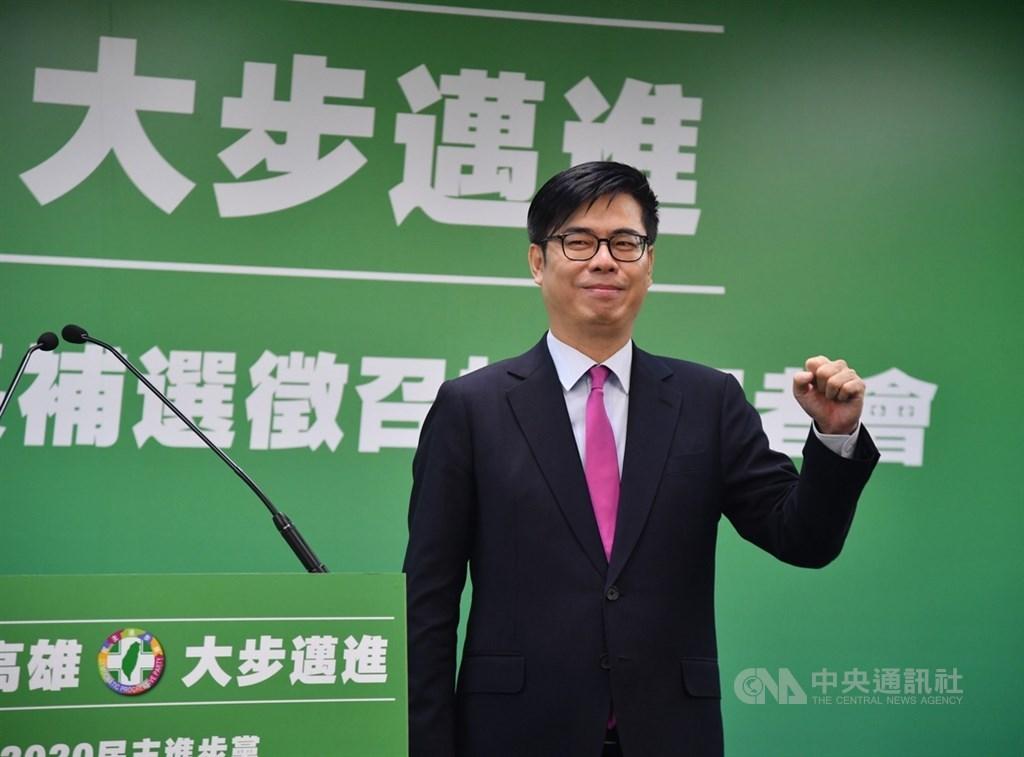 民進黨17日宣布徵召已請辭行政院副院長的陳其邁投入高雄市長補選,陳其邁在記者會上表示,高雄是他一生懸命的地方、永遠的故鄉,希望高雄可以更好,現在他要回到故鄉努力打拚。中央社記者王飛華攝 109年6月17日