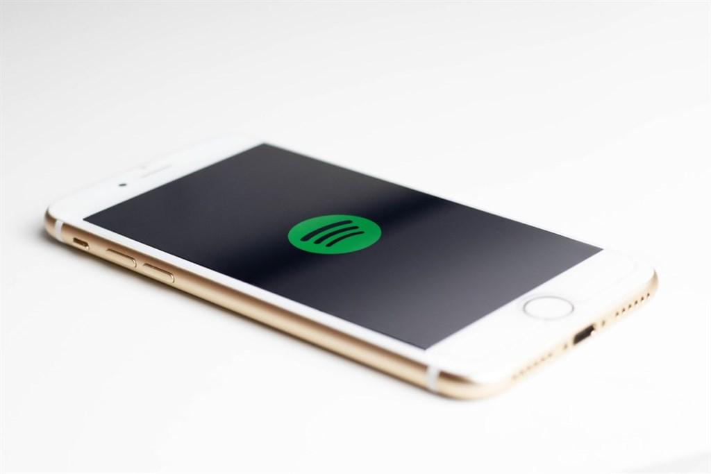 歐盟影響力龐大反壟斷當局16日開始調查一系列針對蘋果提出的控訴,包含串流音樂平台Spotify指控蘋果不公平濫用App Store案。(圖取自Unsplash圖庫)
