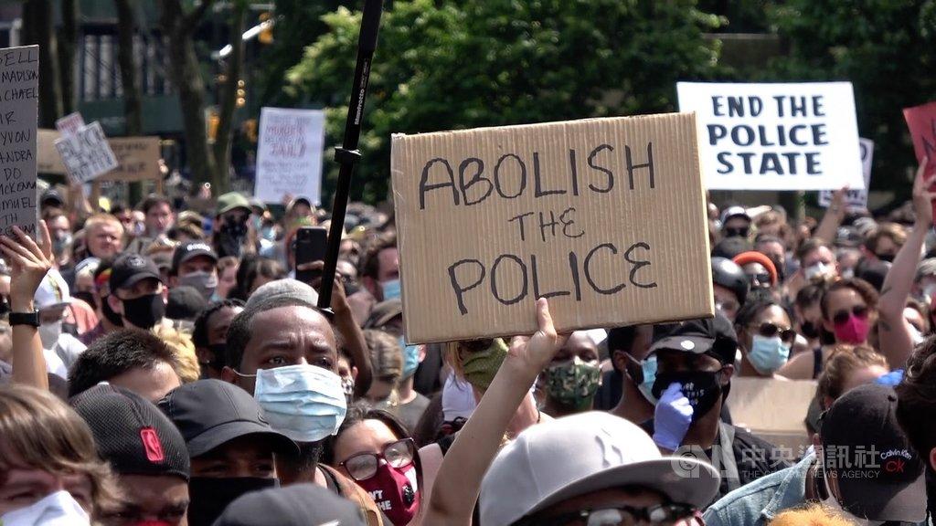 美國非裔男子佛洛伊德死於白人警察之手,掀起反種族歧視與反警察暴力執法示威潮。圖為紐約民眾4日在布魯克林集會高舉「廢除警察」標語。中央社記者尹俊傑紐約攝 109年6月17日