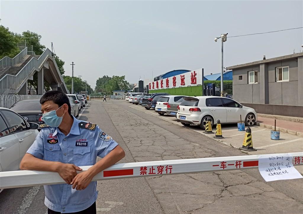 中國疾病預防控制中心主任高福認為,北京市的疫情可能不是6月初、5月底才出現的,很可能要提前推一個月。圖為北京新發地長途客運站。(中新社提供)