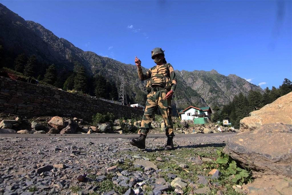 中印邊界15日爆發激烈衝突,印度軍方表示印軍共20人死亡,而印媒雖指共軍有43人傷亡,但中國官方及媒體始終不願說明具體數字。圖為印度軍人在中印邊界巡視。(安納杜魯新聞社提供)
